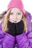 El adolescente está presentando en equipo del invierno sobre el backgroung blanco Imagen de archivo libre de regalías