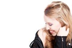 El adolescente está sonriendo en una chaqueta negra Imagen de archivo libre de regalías