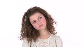 El adolescente está triste, ella fue hablado enigmáticamente con noticias desagradables Fondo blanco almacen de metraje de vídeo