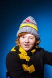 El adolescente expresivo se vistió en retrato colorido del primer del sombrero Foto de archivo