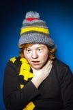 El adolescente expresivo se vistió en retrato colorido del primer del sombrero Foto de archivo libre de regalías