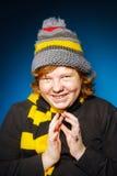 El adolescente expresivo se vistió en retrato colorido del primer del sombrero Imagenes de archivo