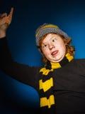 El adolescente expresivo se vistió en retrato colorido del primer del sombrero Imágenes de archivo libres de regalías