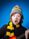 El adolescente expresivo se vistió en retrato colorido del primer del sombrero Fotografía de archivo libre de regalías