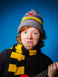 El adolescente expresivo se vistió en retrato colorido del primer del sombrero Fotos de archivo