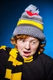 El adolescente expresivo se vistió en retrato colorido del primer del sombrero Imagen de archivo libre de regalías