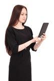 El adolescente feliz del estudiante guarda la PC de la tableta el colocarse de lado Fotografía de archivo libre de regalías
