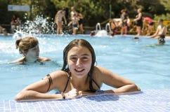 El adolescente feliz está dentro en una piscina, mirada en la cámara Imágenes de archivo libres de regalías