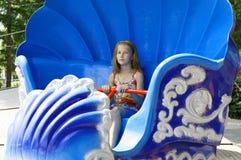 El adolescente feliz está montando en una vieja atracción Foto de archivo libre de regalías