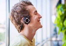El adolescente feliz goza con música Foto de archivo libre de regalías