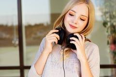 El adolescente feliz joven está llevando los auriculares Fotos de archivo