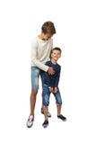 El adolescente feliz juega con su pequeño hermano alegre Fotografía de archivo