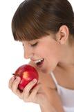 El adolescente femenino come la manzana para el desayuno Imagen de archivo libre de regalías
