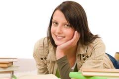 El adolescente femenino del estudiante escribe la preparación con el libro Fotos de archivo libres de regalías