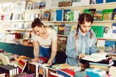 El adolescente femenino está moviendo de un tirón los libros Fotografía de archivo libre de regalías