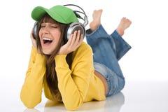 El adolescente femenino feliz disfruta de música Imagen de archivo libre de regalías