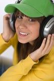 El adolescente femenino feliz disfruta de música Imagenes de archivo