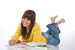 El adolescente femenino feliz escribe la preparación Foto de archivo libre de regalías