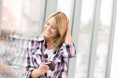 El adolescente femenino feliz escucha la música Fotos de archivo libres de regalías