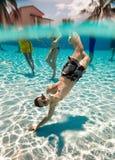 El adolescente flota en piscina Foto de archivo