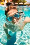 El adolescente flota en piscina Fotografía de archivo