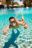 El adolescente flota en piscina Fotos de archivo libres de regalías