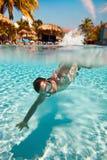 El adolescente flota en piscina Imágenes de archivo libres de regalías