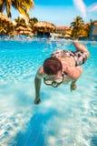 El adolescente flota en piscina Foto de archivo libre de regalías