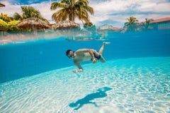 El adolescente flota en piscina Imagen de archivo libre de regalías