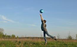El adolescente golpea la bola Deportes en el aire abierto Imagenes de archivo