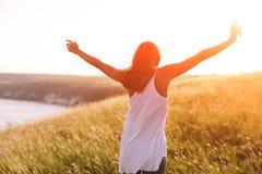 El adolescente goza con sol en campo Fotografía de archivo libre de regalías