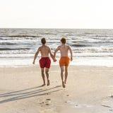 El adolescente goza el correr en el mar Imagen de archivo