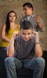 El adolescente grosero tapa los oídos Imagenes de archivo