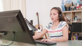 El adolescente habla con su amigo y textos virtuales usando su teclado almacen de video
