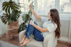 El adolescente hermoso con smartphone está haciendo un selfie Foto de archivo