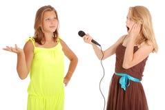 El adolescente hermoso joven conduce entrevistas con el cantante Imágenes de archivo libres de regalías