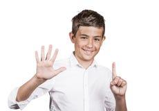El adolescente hermoso que muestra 6 fingeres, palma, numera seis gestos Imagenes de archivo