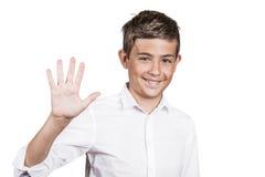 El adolescente hermoso que muestra la palma de 5 fingeres, numera el gesto cinco Imagen de archivo libre de regalías