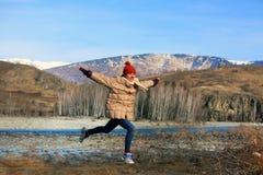 El adolescente hermoso se divierte en las montañas Fotos de archivo libres de regalías
