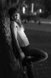 El adolescente hermoso sonríe en el parque Imágenes de archivo libres de regalías