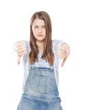 El adolescente joven con los pulgares abajo gesticula aislado Imagenes de archivo