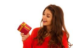El adolescente joven hermoso lleva a cabo un presente islated sobre blanco Fotografía de archivo libre de regalías