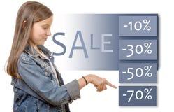 El adolescente joven muestra las mejores ventas del descuento Imagen de archivo libre de regalías