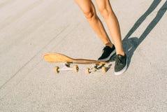 El adolescente joven patina en el monopatín, despegue, paso, salto Fotografía de archivo