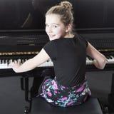 El adolescente juega el piano en estudio Fotos de archivo