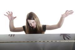 El adolescente juega el piano en estudio Fotografía de archivo