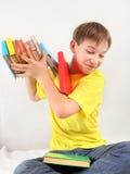 El adolescente lanza hacia fuera los libros Imágenes de archivo libres de regalías