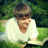 El adolescente lee un libro Fotos de archivo libres de regalías