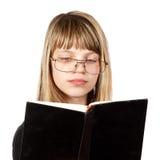 El adolescente leyó el libro Imágenes de archivo libres de regalías
