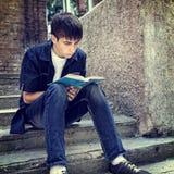El adolescente leyó el libro Foto de archivo libre de regalías